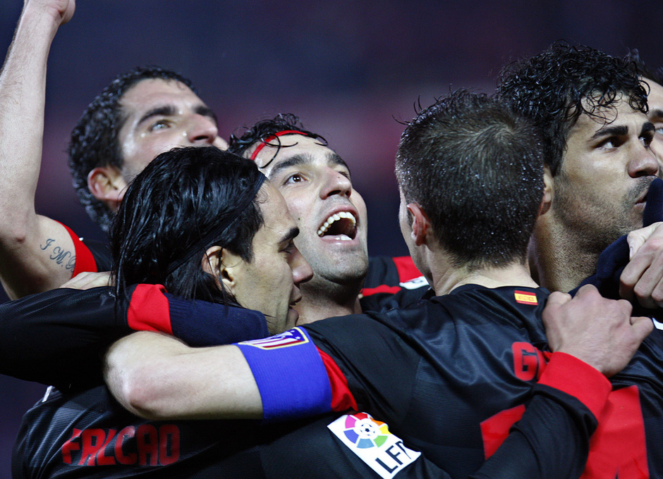 Temporada 12/13. Partido. Semifinales de la Copa del Rey. Diego Costa, Falcao, Arda,Gabi y Raúl García se abrazan tras el segundo gol durante el partido en el Pizjuán