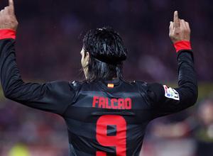 Temporada 12/13. Partido. Semifinales de la Copa del Rey. Falcao celebrando el gol con los aficionados durante el partido en el Pizjuán de espaldas