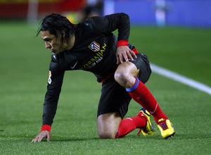 Temporada 12/13. Partido. Semifinales de la Copa del Rey. Falcao se levanta del suelo durante el partido en el Pizjuán