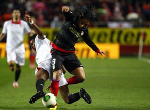 Temporada 12/13. Partido. Semifinales de la Copa del Rey. Falcao recibe una entrada para quitarle el balón a un jugador del Sevilla durante el partido en el Pizjuán