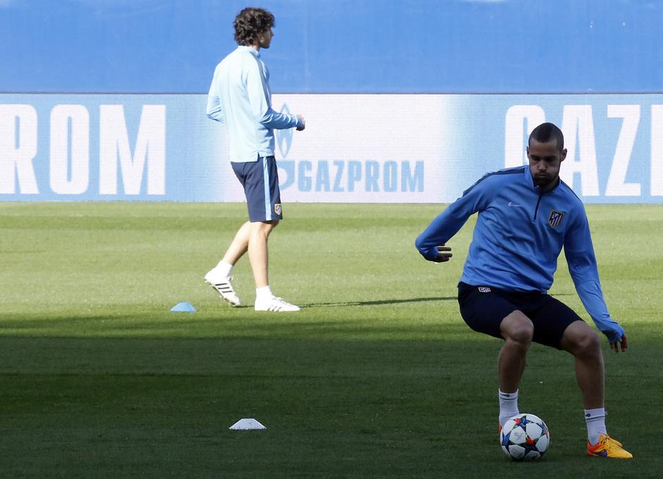 temporada 14/15. Entrenamiento en el estadio Vicente Calderón. Mario Suárez controlando un balón durante el entrenamiento