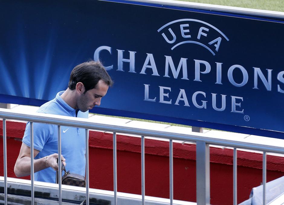 Temporada 14/15. Entrenamiento en el estadio Vicente Calderón. Godín  durante el entrenamiento