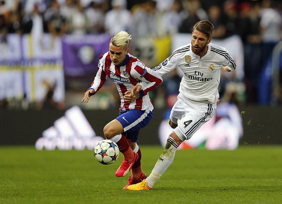 Temporada 14-15. Cuartos de final de la Champions League. Ida. Atlético de Madrid-Real Madrid. Griezmann conduce el balón.