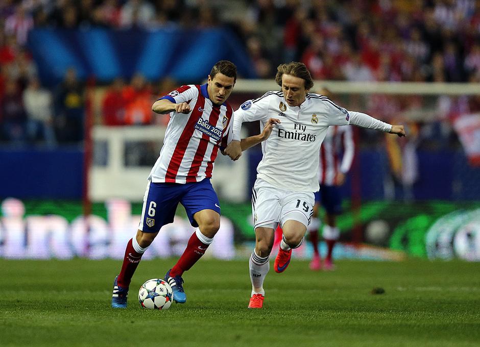 Temporada 14-15. Cuartos de final de la Champions League. Ida. Atlético de Madrid-Real Madrid. Koke conduce ante Modric.