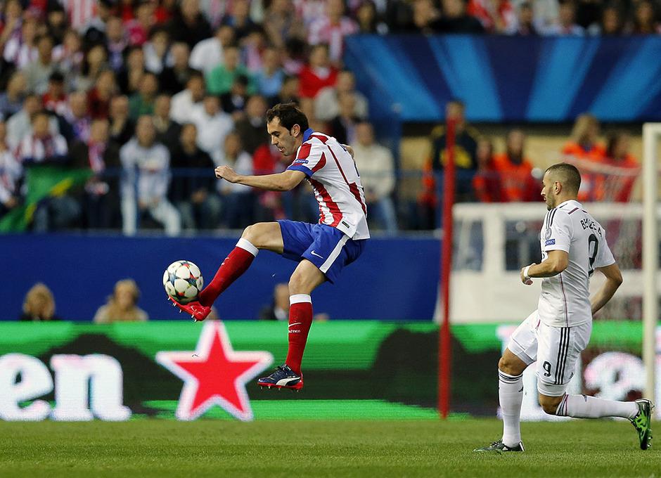 Temporada 14-15. Cuartos de final de la Champions League. Ida. Atlético de Madrid-Real Madrid. Godín controla un balón ante un rival.