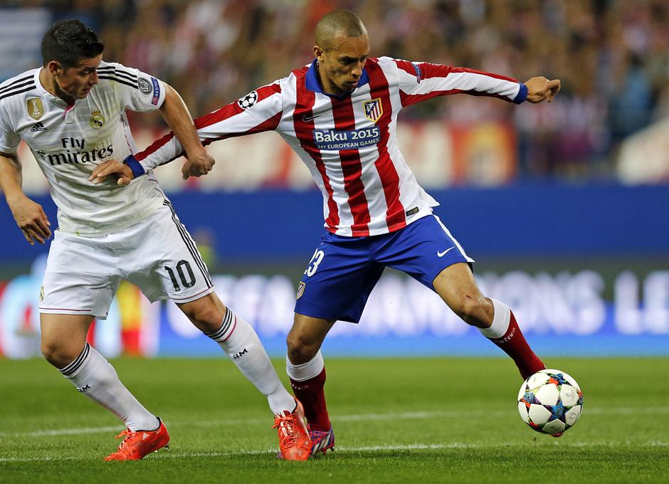Temporada 14-15. Cuartos de final de la Champions League. Ida. Atlético de Madrid-Real Madrid. Miranda protege un balón ante James.