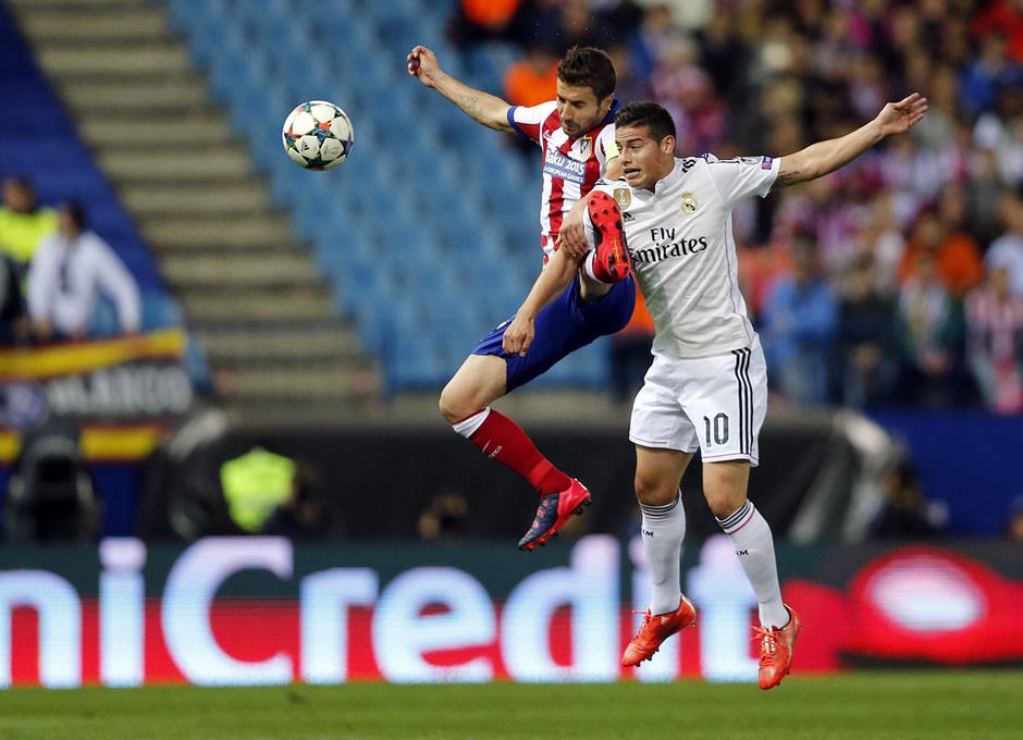 Temporada 14-15. Cuartos de final de la Champions League. Ida. Atlético de Madrid-Real Madrid. Gabi pugna con James por el esférico.