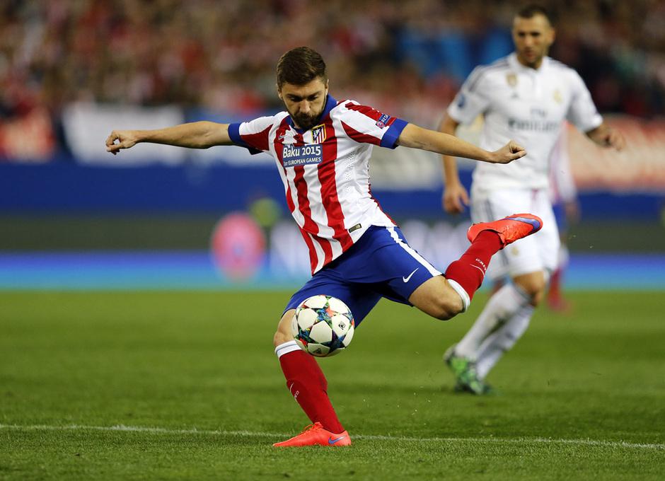 temporada 14/15. Partido Atlético de Madrid Real Madrid. Champions League. Siqueira con el balón durante el partido