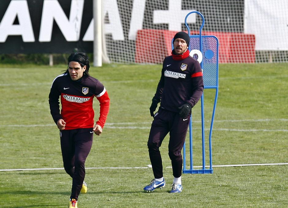 Temporada 12/13. Entrenamiento. Falcao y Simeone realizando ejercicios tácticos durante el entrenamiento en Majadahonda