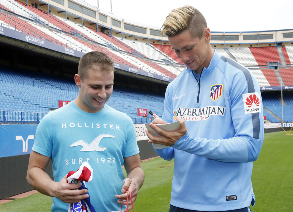 Torres y Cani recibieron sus dispositivos Huawei. Fernando Torres dedica su fotografía.
