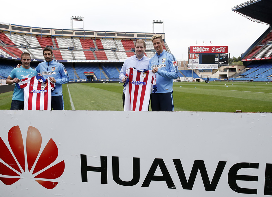 Torres y Cani recibieron sus dispositivos Huawei. Posan junto a sus camisetas.