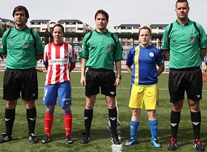 Temporada 2012-2013. Las capitanas de los dos equipos posan con el trío arbitral