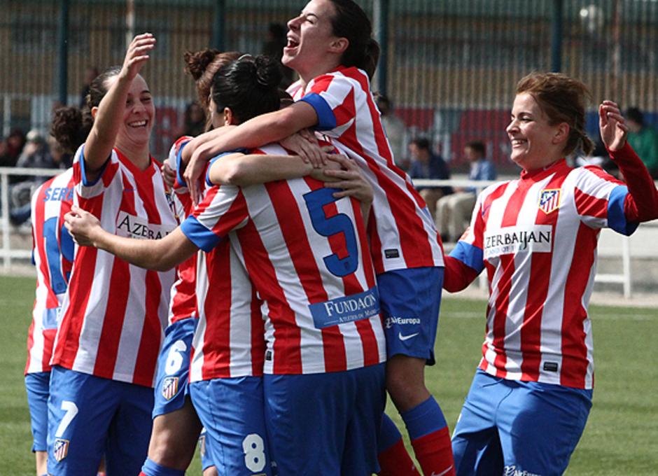 Temporada 2012-2013. Las jugadoras celebran el gol de Marta Carro ante el Levante Las Planas