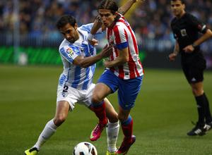 Temporada 2012-13. Filipe Luis lucha un balón con Jesús Gámez, defensa del Málaga