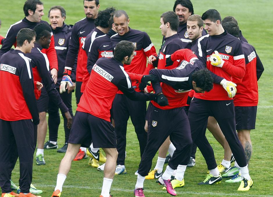 Temporada 12/13. Entrenamiento, los jugadores hacen un pasillo a Diego Costa por su convocatoria con la selección brasileña durante el entrenamiento en el Cerro del Espino