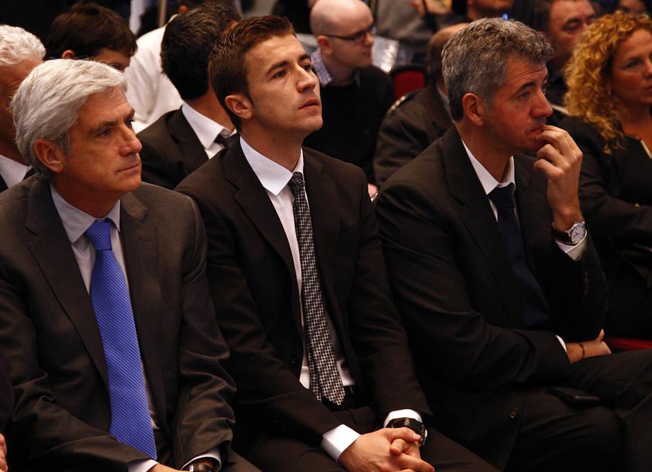 Temporada 12/13.Renovación de Simeone. Acto de renovación hasta 2017 en el estadio Vicente Calderón Gabi y Miguel Ángel