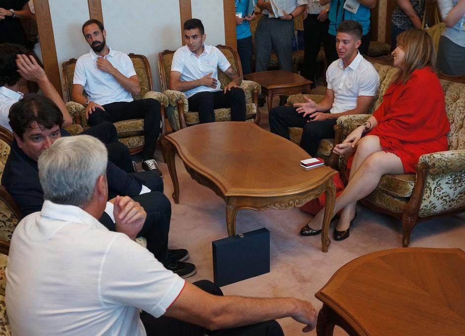 Juanfran, Vietto, Tiago, Correa y Clemente en la visita al Gobernador de Saga