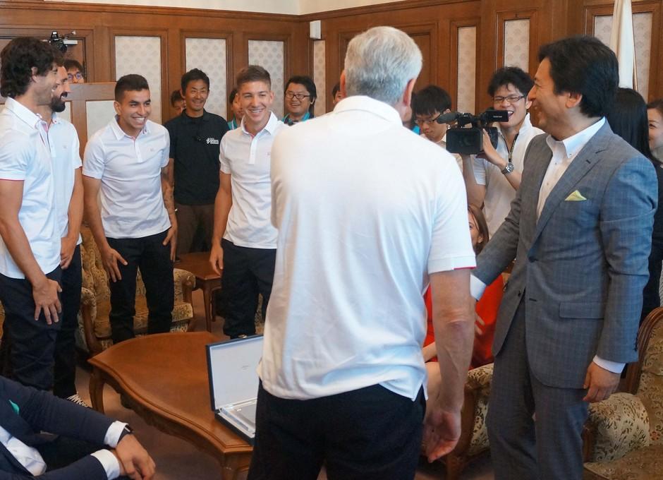 El Gobernador de Saga bromea con Correa