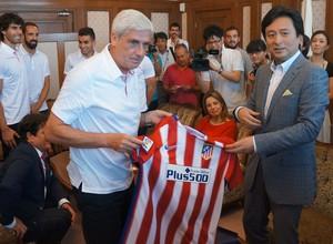 Clemente entrega al Gobernador de Tosu una camiseta rojiblanca