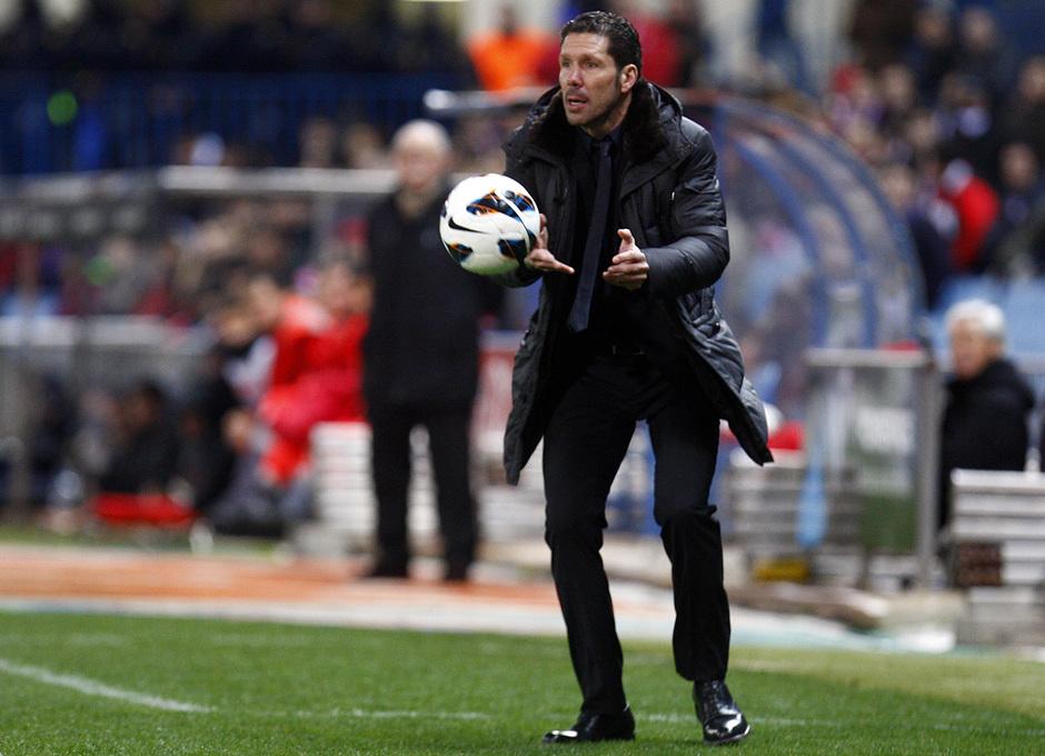 Temporada 12/13. Partido Atlético de Madrid Real Sociedad. Simeone con el balón en la manos durante el partido