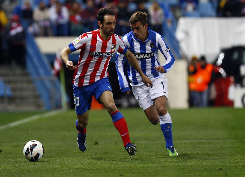 Temporada 12/13. Partido Atlético de Madrid Real Sociedad. Juanfran se va de un adversario durante el partido