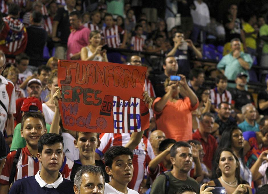 Partido amistoso Atlético de Madrid - Real Sociedad. Pancartas de apoyo en la grada