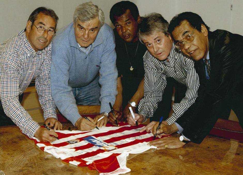 Adelardo, San Román, Pereira, Navarro y Mendoza firmando una camiseta