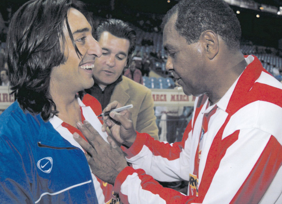 Luiz Pereira firma una camiseta a Antonio Carmona