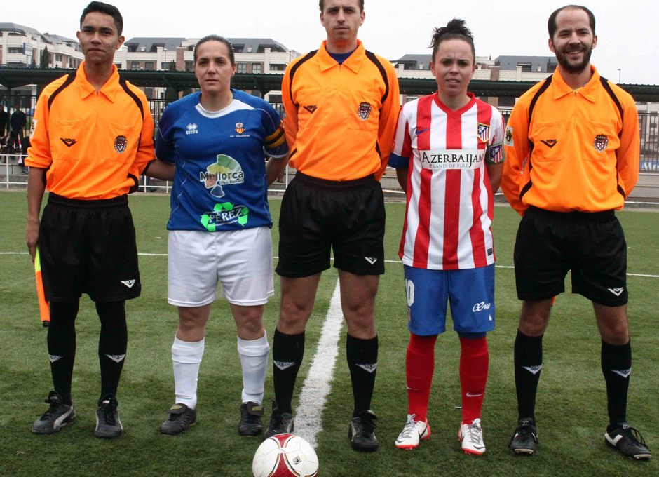 Temporada 2012-2013. Amanda y la capitana del UD Collerense posan con el trío arbitral