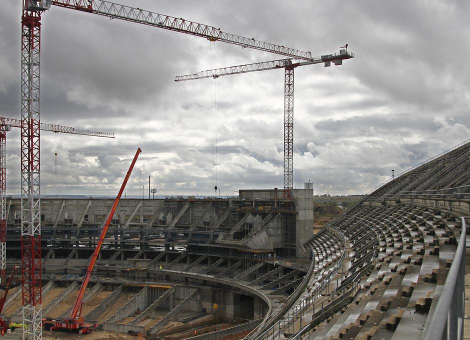 Vista del estado de las obras de la grada principal y el fondo de sur del Nuevo Estadio