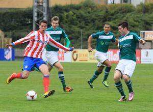Manquillo se va de varios rivales en el triunfo del Atlético B frente al Coruxo