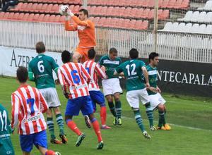 El Atlético B fue muy superior al Coruxo. El meta Fernando atrapa el balón en un ataque rojiblanco