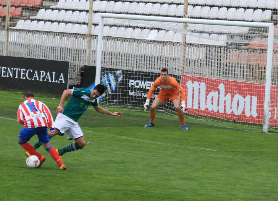 Iván fue objeto de penalti ante el Coruxo que él mismo tranformó en el 3-0