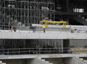 Detalle de la colocación de una de las gradas en el nivel intermedio del Nuevo Estadio