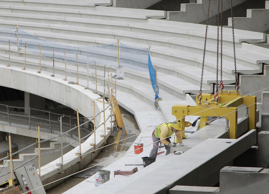 Un obrero coloca una de las gradas para asientos en el nivel intermedio del Nuevo Estadio