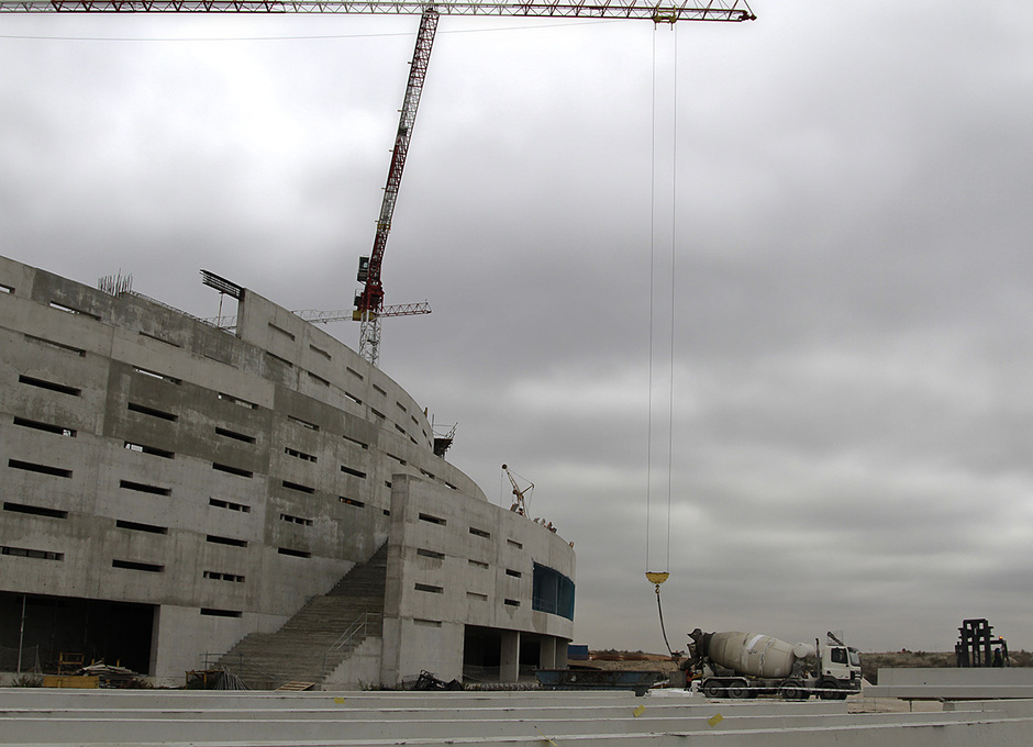 Vista del estado de las obras desde el fondo sur del exterior del Nuevo Estadio