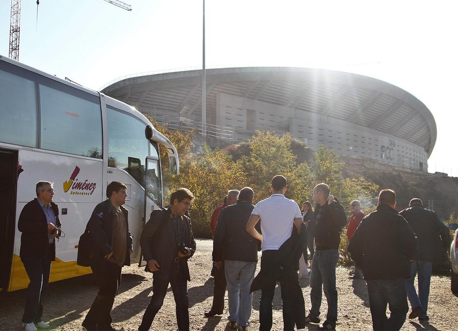Visita de las Peñas al nuevo estadio | Peñistas se bajan de autobús