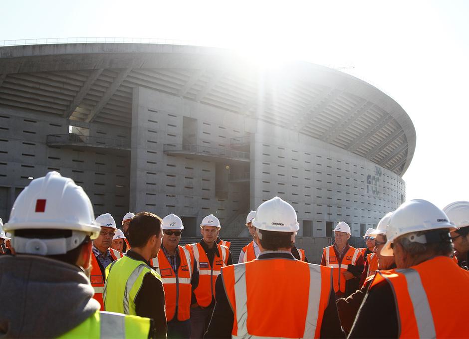 Visita de las Peñas al nuevo estadio | Peñistas, en la fachada principal