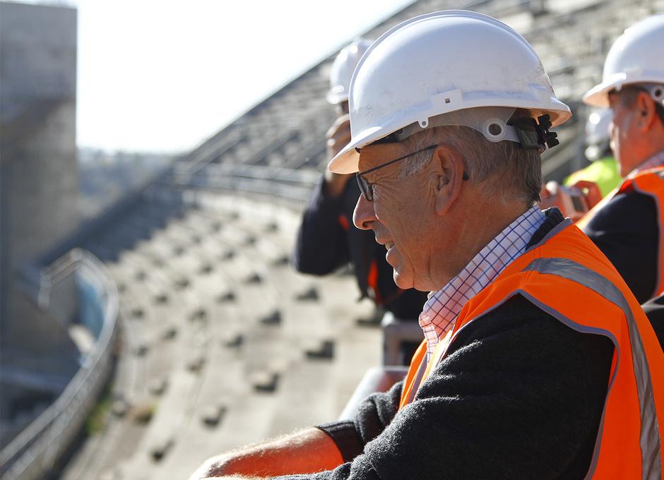 Visita de las Peñas al nuevo estadio | Un peñista observa el estado de las obras