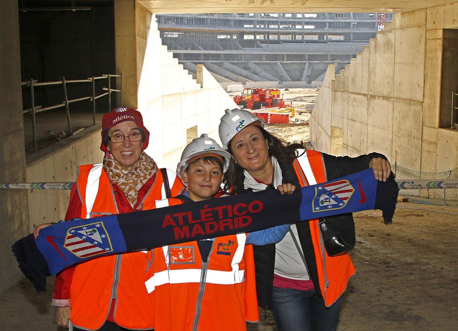Visita de las Peñas al nuevo estadio | Peñistas se fotografían con una bufanda del Atleti