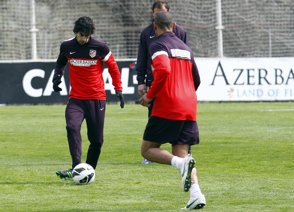 Temporada 12/13. Entrenamiento,Tiago con el balón durante el entrenamiento en el Cerro del Espino