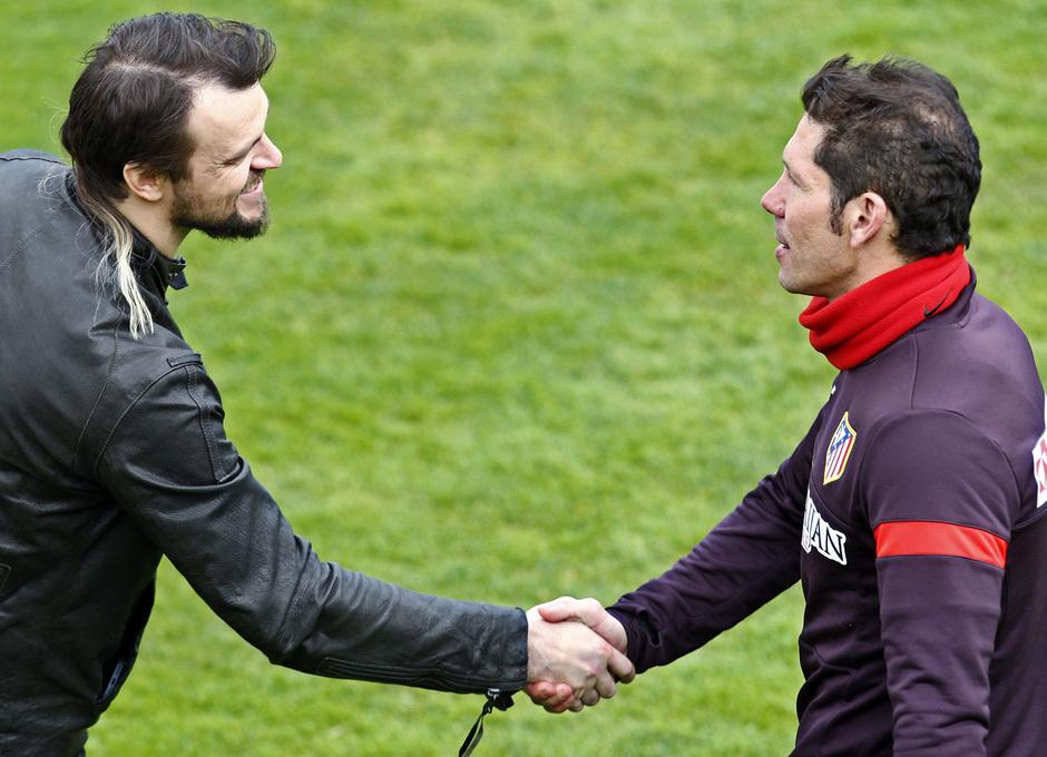 Temporada 12/13. Entrenamiento,Simeone saludando a Ujfalusi durante el entrenamiento en el Cerro del Espino