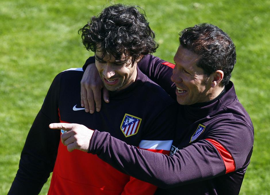 Simeone y Tiago bromean antes de comenzar una sesión de entrenamiento en la Ciudad Deportiva de Majadahonda