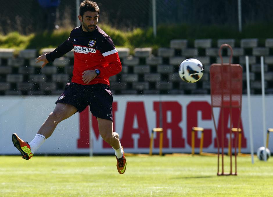 Adrián golpea el balón durante un entrenamiento