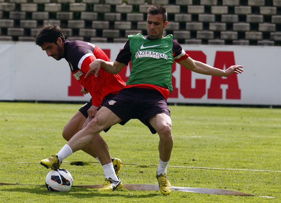 Raúl García y un canterano pujan por un balón