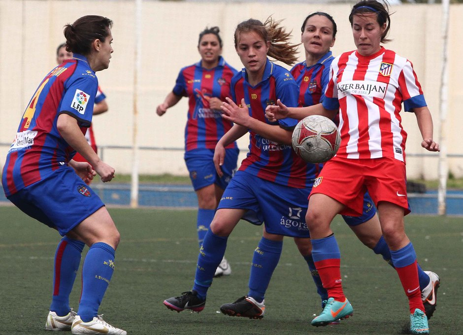 Temporada 2012-2013. Pisco rodeada de jugadoras levantinistas