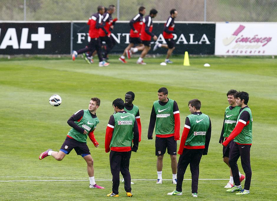 Temporada 12/13. Entrenamiento, canteranos ejercitandose mientras los jugadores del primer equipo corren en el entrenamiento en la Ciudad Deportiva de Majadahonda