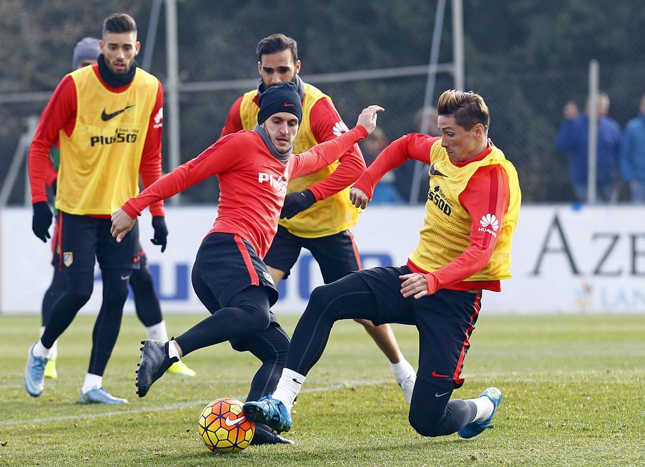 temporada 15/16. Entrenamiento en la ciudad deportiva de Majadahonda. Koke y Torres luchando un balón durante el entrenamiento