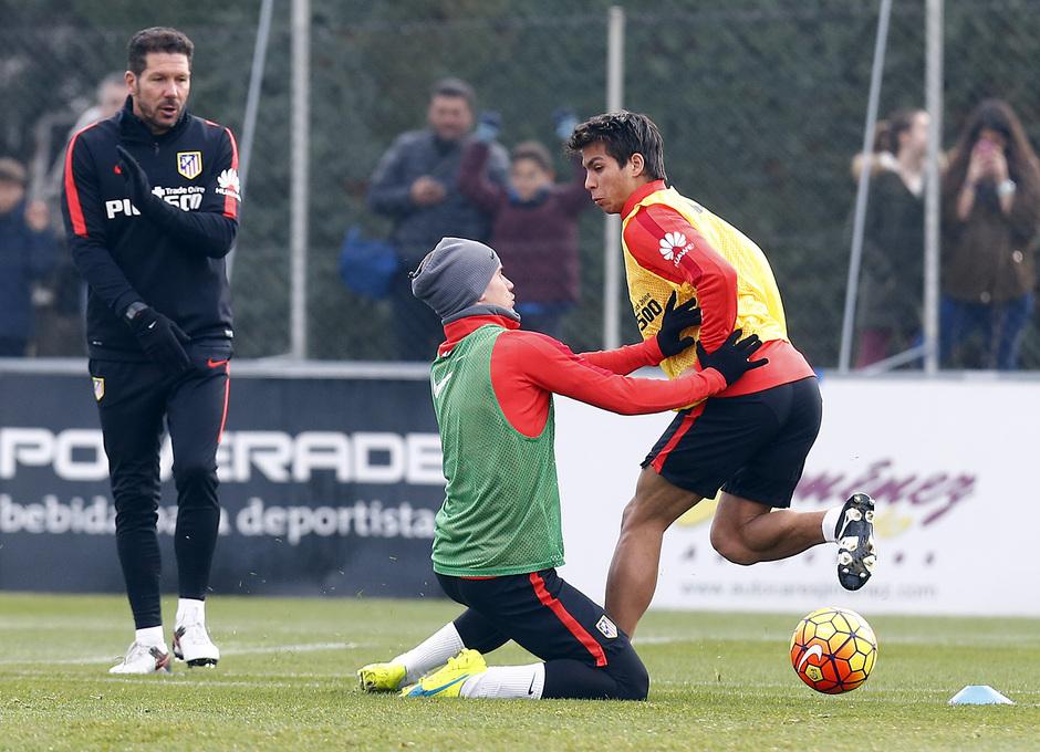 temporada 15/16. Entrenamiento en la ciudad deportiva de Majadahonda. Óliver y Griezmann luchando un balón durante el entrenamiento