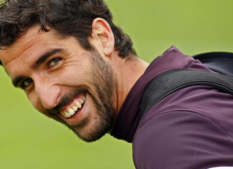 Temporada 12/13. Entrenamiento, Raúl García sonriendo durante el entrenamiento en la Ciudad Deportiva de Majadahonda